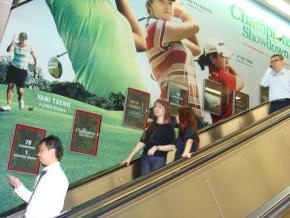 Les escalators d'une station de métro de Singapour