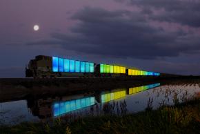 Le train, change de couleur selon la météo et la vitesse à laquelle il roule, grâce à un manteau de LED.
